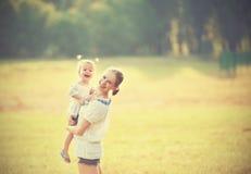 Счастливая семья на матери природы и дочери младенца Стоковые Изображения
