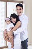 Счастливая семья на новой квартире стоковые изображения rf
