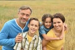 Счастливая семья на поле Стоковые Изображения