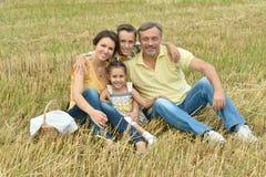 Счастливая семья на поле Стоковое Изображение