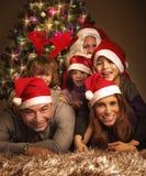 Счастливая семья на Рожденственской ночи стоковое фото