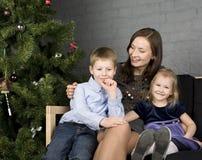 Счастливая семья на рождественской елке Стоковые Фото