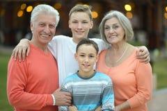Счастливая семья на тропическом курорте Стоковые Изображения RF