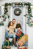 Счастливая семья, окруженная с подарками рождества Стоковое фото RF