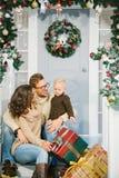 Счастливая семья, окруженная с подарками рождества Стоковое Изображение RF