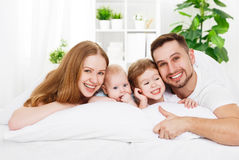 Счастливая семья дома в кровати Стоковое Изображение RF
