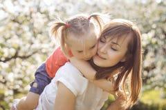 Счастливая семья отдыхая на парке Стоковое Фото