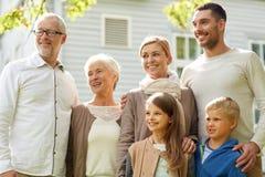 Счастливая семья перед домом outdoors Стоковые Изображения