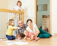 Счастливая семья 3 поколений с 2 дет Стоковое фото RF
