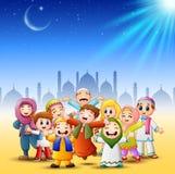 Счастливая семья празднует для eid mubarak с предпосылкой мечети бесплатная иллюстрация