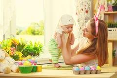 Счастливая семья празднуя мать и младенца пасхи с ушами зайчика Стоковое Фото