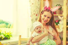 Счастливая семья празднуя мать и младенца пасхи с ушами зайчика Стоковые Фото