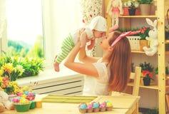 Счастливая семья празднуя мать и младенца пасхи с ушами зайчика Стоковые Изображения