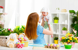 Счастливая семья празднуя мать и младенца пасхи с ушами зайчика Стоковая Фотография