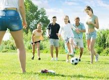 Счастливая семья при 4 дет бежать после шарика Стоковое фото RF