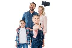 Счастливая семья при 2 дет принимая selfie с smartphone Стоковое Изображение RF