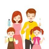Счастливая семья при зубы очищая аксессуары Стоковые Фото