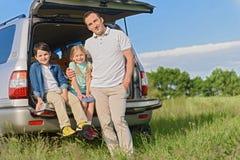 Счастливая семья сидя в автомобиле Стоковое Фото