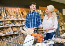 Счастливая семья смотря ассортимент хлеба Стоковые Фотографии RF