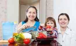 Счастливая семья совместно варя обед veggie Стоковое фото RF