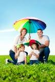 Счастливая семья совместно в внешнем парке на солнечном дне. Мама, папа стоковые изображения rf