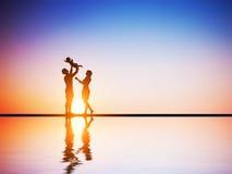 Счастливая семья совместно, родители и их ребенок стоковые изображения