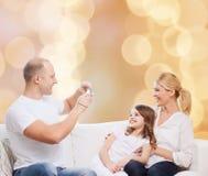 Счастливая семья с камерой дома Стоковые Фото