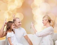 Счастливая семья с камерой дома Стоковые Изображения
