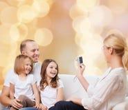 Счастливая семья с камерой дома Стоковые Изображения RF