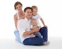Счастливая семья с 2 младенцами Стоковые Фото
