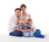 Счастливая семья с 2 младенцами Стоковое Изображение
