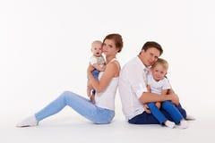 Счастливая семья с 2 младенцами Стоковое Изображение RF