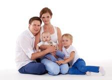 Счастливая семья с 2 младенцами Стоковая Фотография