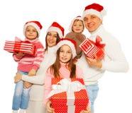 Счастливая семья с настоящими моментами Нового Года владением 3kids Стоковое фото RF
