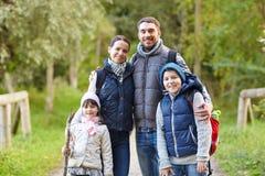 Счастливая семья с пешим туризмом рюкзаков стоковые фотографии rf