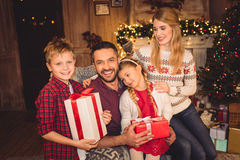 Счастливая семья с подарками на рождество Стоковая Фотография RF