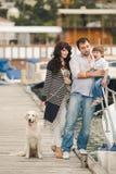Счастливая семья с собаками на набережной в лете Стоковые Изображения RF