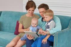 Счастливая семья с таблеткой компьютера Стоковые Изображения RF