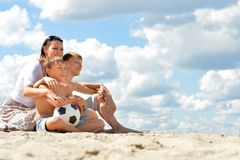 Счастливая семья с футбольным мячом стоковые изображения rf