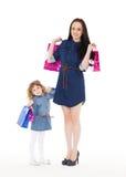 Счастливая семья с хозяйственными сумками Стоковое Изображение