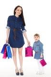 Счастливая семья с хозяйственными сумками Стоковые Фото