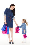 Счастливая семья с хозяйственными сумками Стоковое фото RF