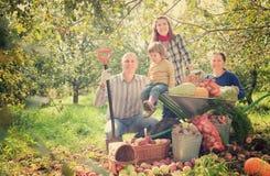 Счастливая семья с хлебоуборкой в саде Стоковое фото RF