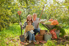 Счастливая семья с хлебоуборкой овощей Стоковые Фото
