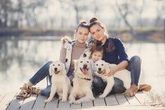 Счастливая семья с любимчиками около озера Стоковое Фото