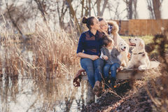 Счастливая семья с любимчиками около озера Стоковое Изображение RF