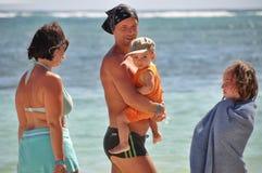 Счастливая семья тратит время на пляже стоковое фото rf