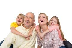 Счастливая семья усмехаясь и смотря вверх Стоковая Фотография RF