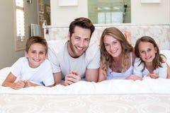 Счастливая семья усмехаясь на камере стоковые изображения rf