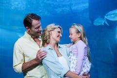 Счастливая семья усмехаясь на одине другого Стоковая Фотография